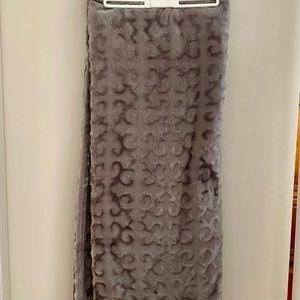 Elle Decor blanket grey with pattern.